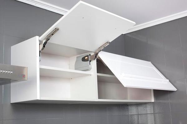 Imagen de un modulo de cocina con puertas abatibles